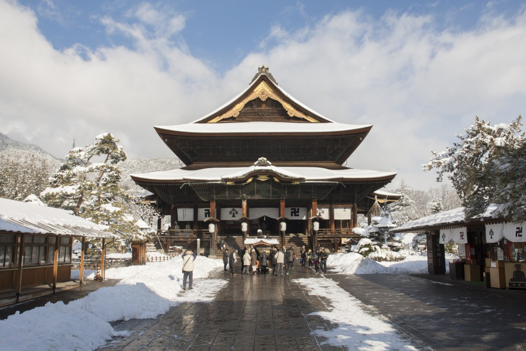 zenko-ji temple with snow