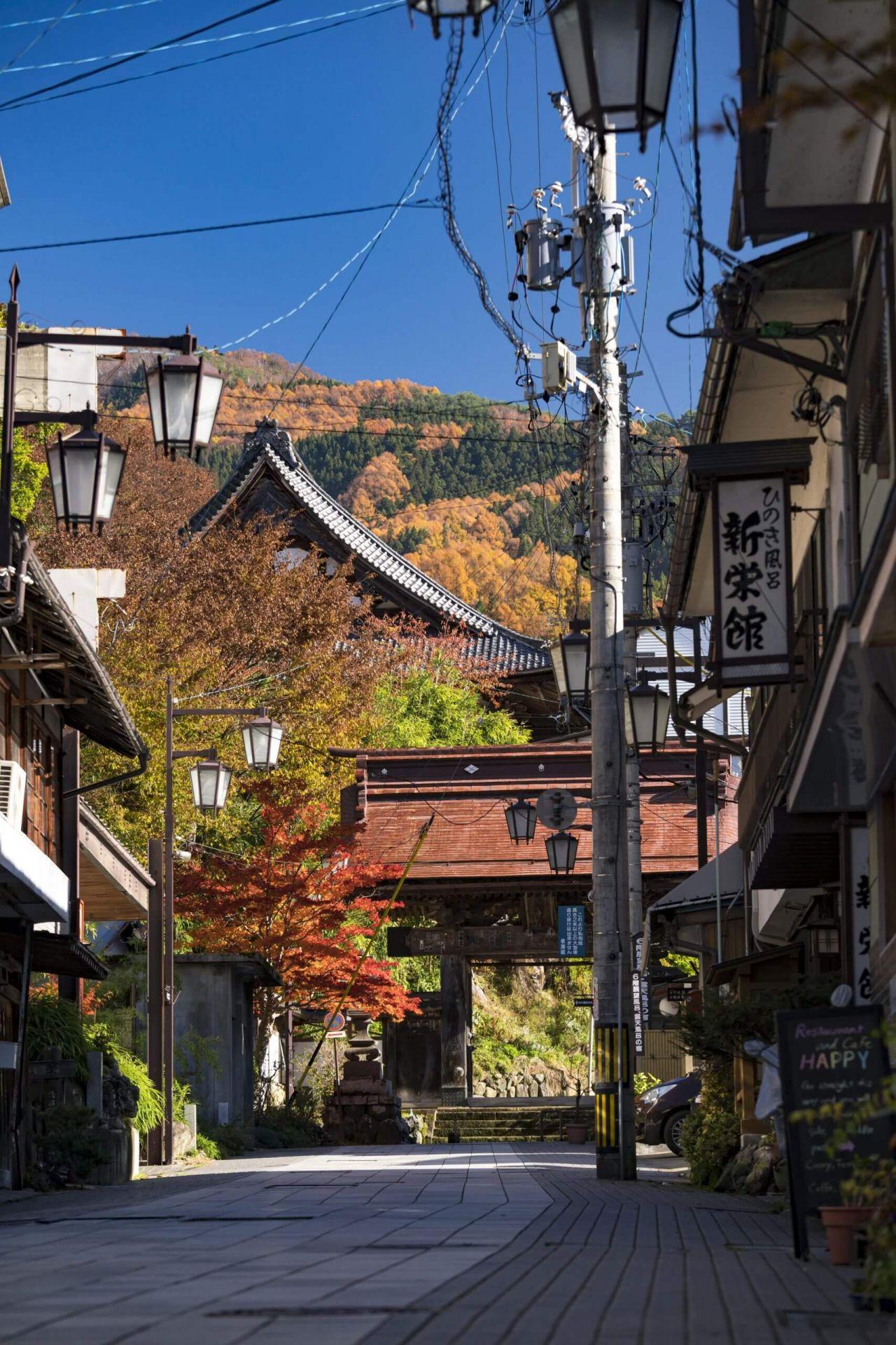 shibu-onsen-autumn-leaves